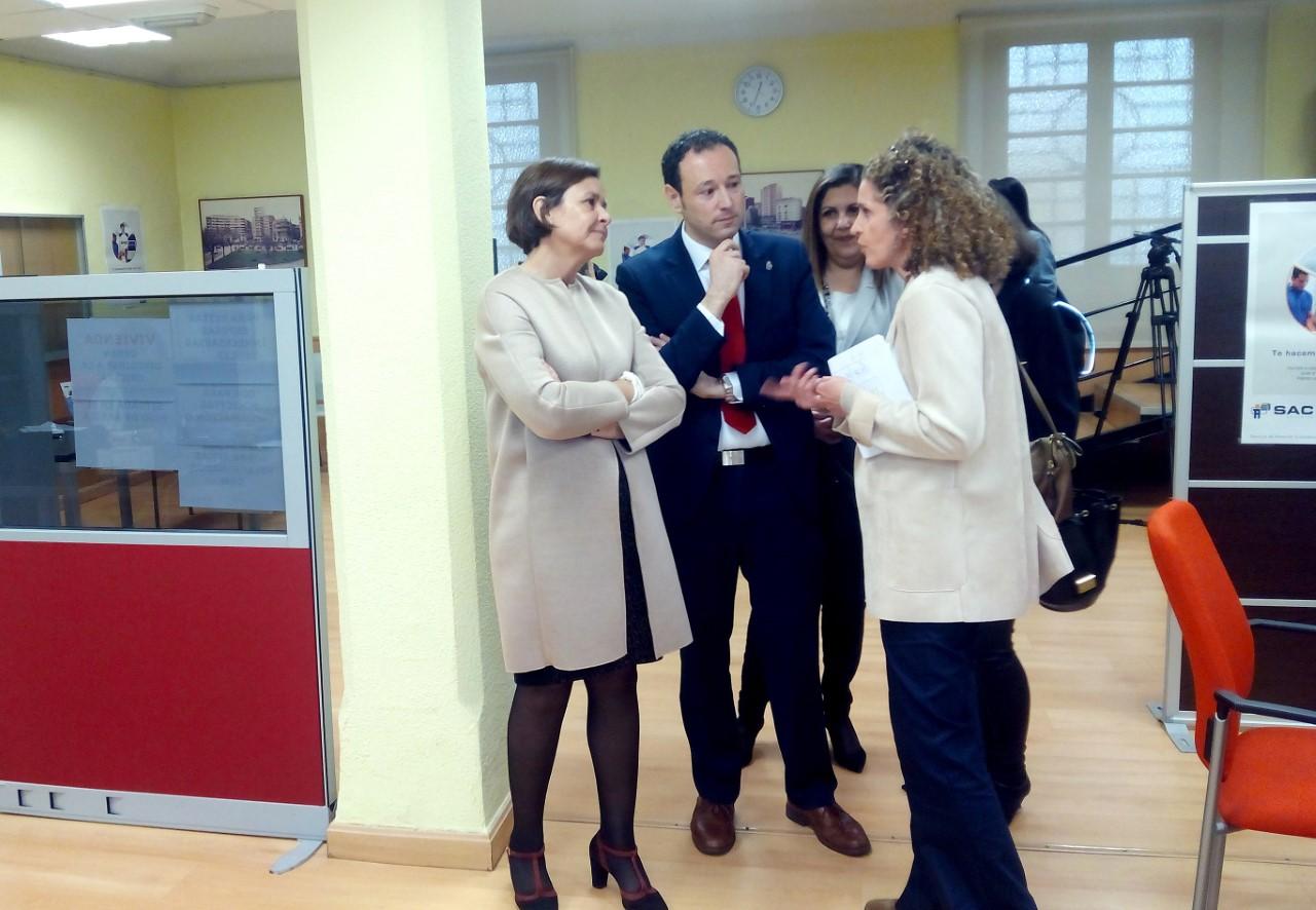 Guillermo mart nez visita la oficina del sac en gij n for Gijon es oficina virtual